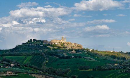 Montecosaro sorge su un colle a 260 metri di altitudine tra l'azzurro talvolta cupo del cielo e il verde dell'armoniosa campagna. (foto Roberto Postacchini)