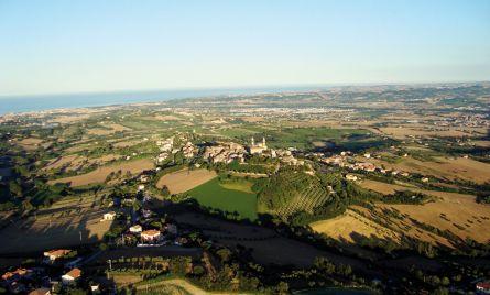 Veduta aerea: lo sguardo abbraccia insieme il borgo, la vallata e il mare. (foto Matteo Orazi)