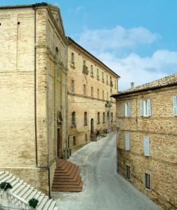 Uno scorcio di via Gatti con gli ingressi della Chiesa di Sant'Agostino, fino al 1573 intitolata a San Martino, e dell'ex convento, passato dopo la nascita dello Stato italiano nelle mani dell'istituzione comunale. (foto Roberto Postacchini)