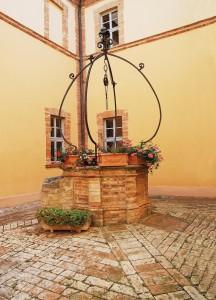 Il chiostro all'interno dell'ex convento con il pozzo: in realtà un'antica cisterna che filtrava l'acqua piovana. (foto M.arcello Tramandoni.)