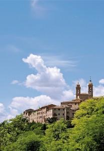 Uno scorcio del paese con la Torre Civica e il campanile di Sant'Agostino: insieme a quello della Collegiata caratterizzano il profilo del centro storico. (foto Lorenzo Maurizi)