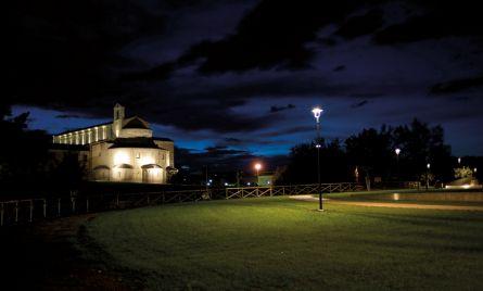 Santa Maria a piè di Chienti in una suggestiva veduta notturna nella quale risalta la complessa parte absidale. L'area verde circostante contribuisce a dare solennità a questo antico luogo di culto. (foto Roberto Postacchini)