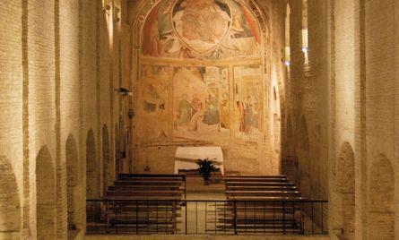 Interno a due piani sovrapposti: nella chiesa superiore si conservano affreschi della seconda metà del Trecento e del Quattrocento. (foto Alessio Vallorani)