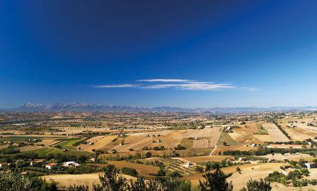 Veduta aerea della campagna Maceratese fino ai Monti Sibillini. (foto Roberto Postacchini)