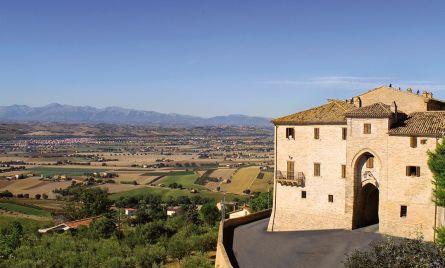 Vista verso i Monti Sibillini e Porta San Lorenzo: era la principale porta castellana di cui è andato perduto il coronamento sommitale merlato. (foto Roberto Postacchini)